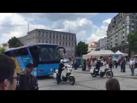 Автобус із гравцями збірної України прибув на площу