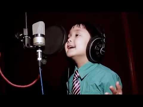 Niño cantando el guardaespaldas