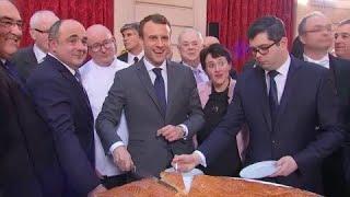 """""""Je veux goûter !"""" Emmanuel Macron a découpé la galette de l'Elysée"""