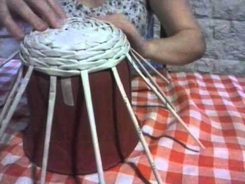 T cnica de tejido simil mimbre con terminaci n realizada con papel peri dico cester a ecol gica - Decorar cestas de mimbre paso a paso ...