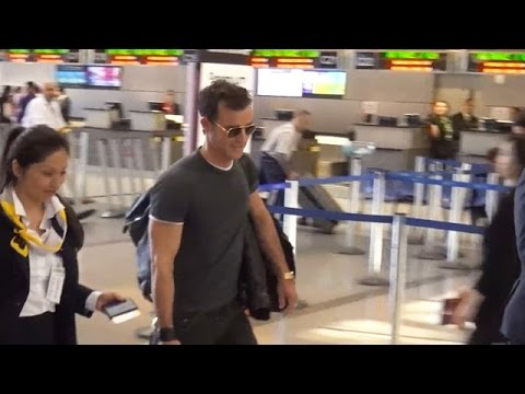 Justin Theroux Is A Cool Traveler Through LAX