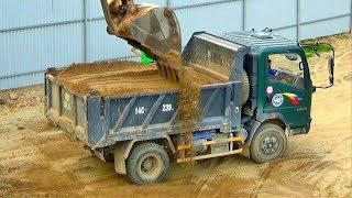Bé xem máy xúc múc cát xây dựng lên xe ô tô tải | Nhạc thiếu nhi : Em đi chơi thuyền | Tientube TV