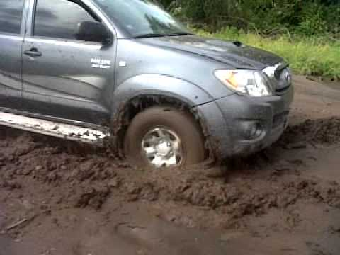 Toyota Hilux Atascada En El Barro Youtube
