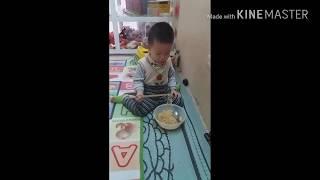 bé ăn mỳ hài hước - bé khỏe bé ngoan
