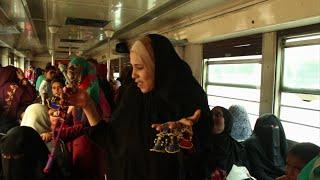 «عروسة خرز».. أم إسلام تصنعها على ضوء «الجردل» وتبيعها فى المترو