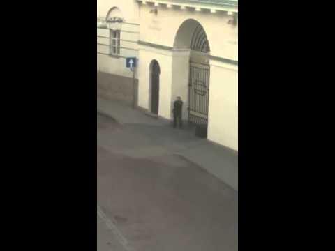 Prie Prezidentūros vyras grasina susprogdinti lagamine turimą bombą