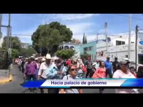 Contingente de manifestantes avanzando por Av. Hidalgo con dirección a Palacio de Gobierno