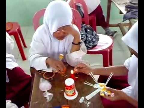 Membuat hiasan dari gelas plastik oleh Siswa Kelas 6