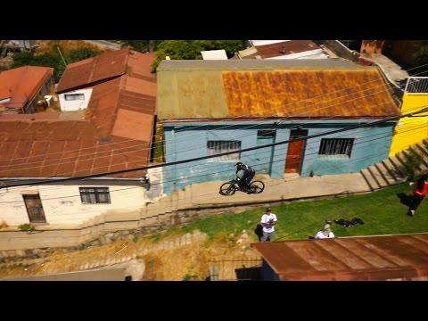 マウンテンバイクで町を一気に駆け降りるダウンヒル映像