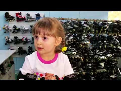 VLOG  Развлечения для детей  Настюшик учится кататься на роликах  ВЛОГ