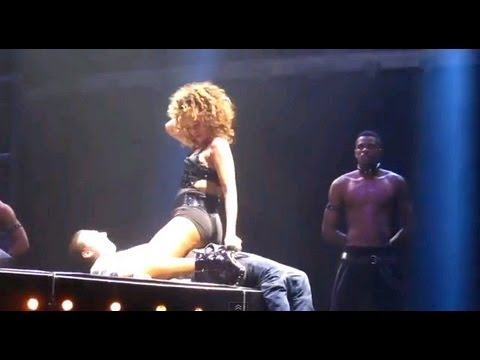 Rihanna Gives Fan A Massive Boner (Rihanna Gives Fan A Lap Dance On Stage)