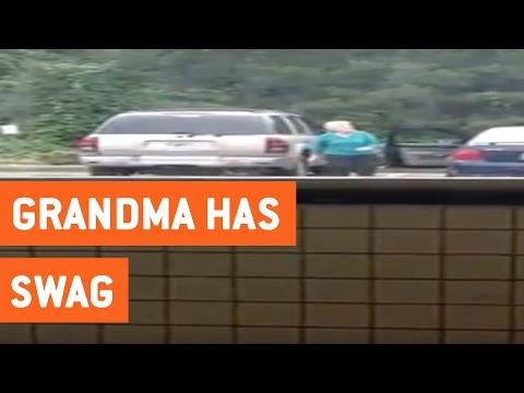 駐車場でノリノリなダンスを披露するおばあちゃんに釘付け!