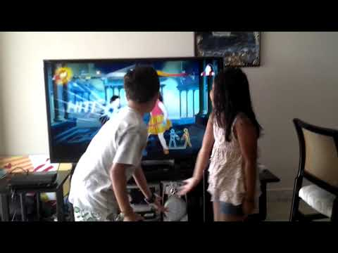 Mary Paz y Emilio bailando just dance 4 xD