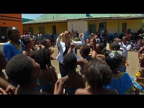 Valérie Trierweiler danse avec les enfants d'Afrique du Sud - 15/10