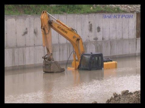 В реке Адагум вновь утонул экскаватор рабочих.