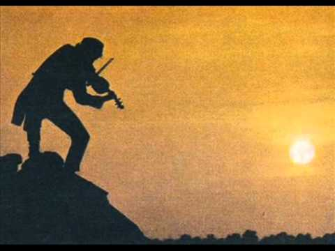 - ( El violinista en el Tejado ) -