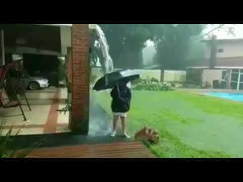 Impactante: Rayo cae a metros de un niño que jugaba bajo la lluvia