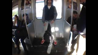Dormido en la puerta del metro