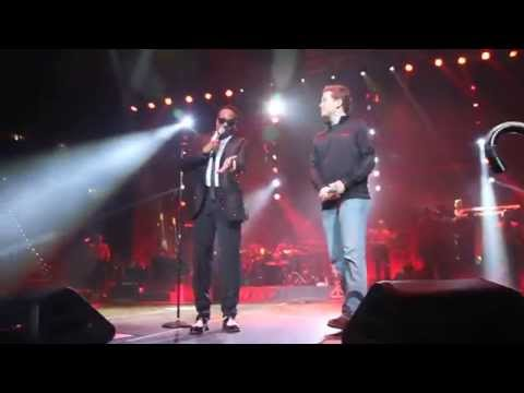 Charlie Wilson brings Scotty McCreery on stage to sing