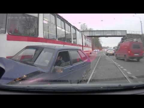 Трамвай на полном ходу влетает в Ладу