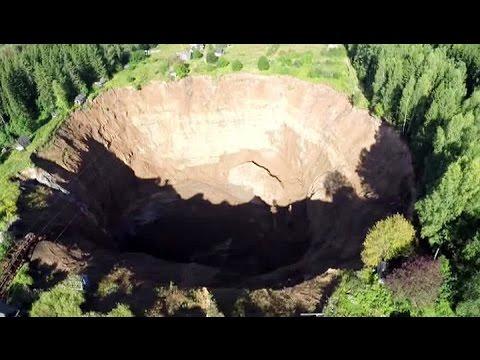 Громадный провал грунта в Соликамске