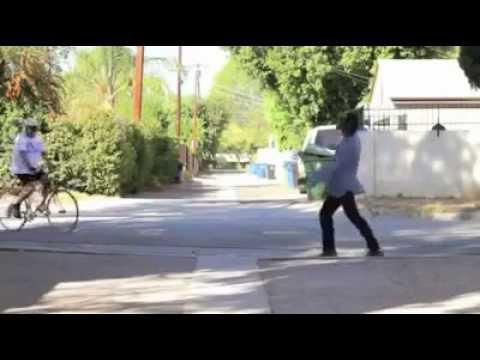 Gangnam Style oynayan zombi :D mühteşem yetenek :D bu zombi bir harika dostum :DD
