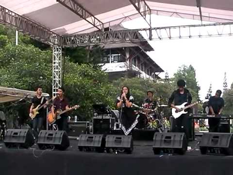 Fruit n' Salads - Gee (SNSD Cover) @ ITB Fair 2012