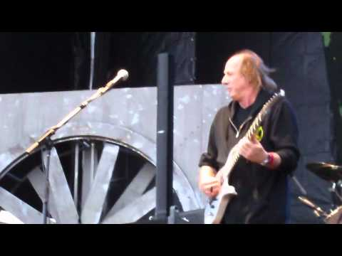 Adrian Belew- killing it on guitar