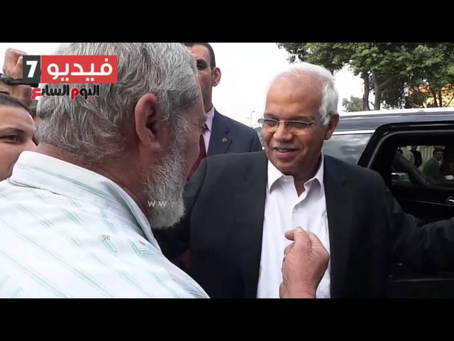 """بالفيديو .. مواطن لمحافظ القاهرة: """"الموظفين بتيجى 12 وتمشى 12 إﻻ ربع """""""