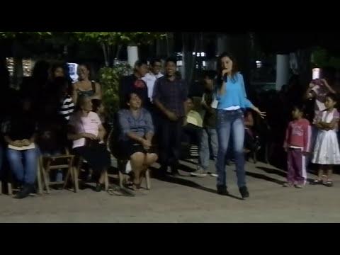 Diana cantando en parque central de Yajalón
