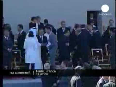 بشار الاسد يرفض مصافحة اولمرت وامير قطر يصافحه
