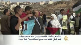 اعتصام عشرات الفلسطينيين أمام سجن عوفر