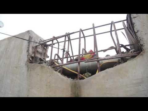 Cận cảnh sau lớp bê tông là xốp tại công trình cầu Zét