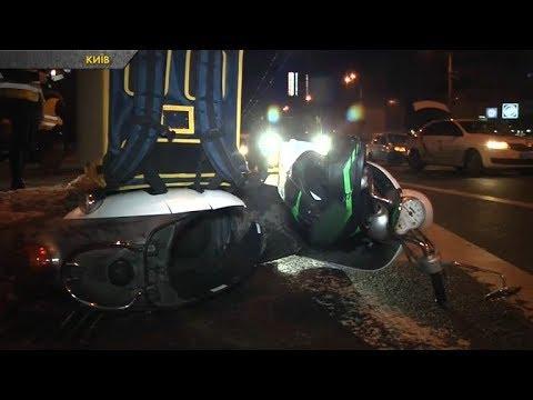 Дві аварії у столиці: легковик збив скутериста та наїзд на вантажівку