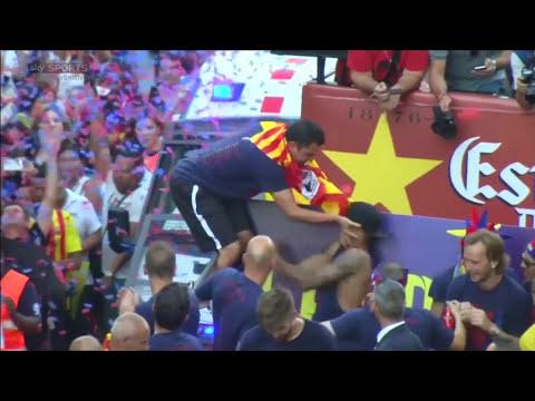 Xavi shoves Neymar during Barcelona Champions League parade