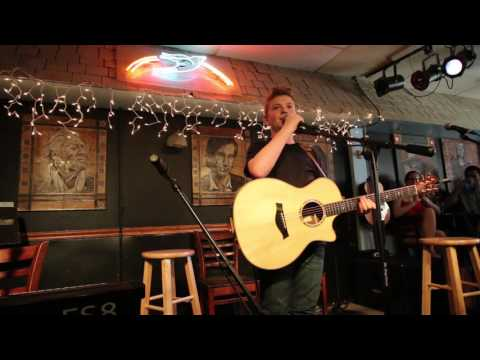 Download Kelsea Ballerini shows up at the Bluebird Cafe and surprises Landon Wall!!! Mp4 baru