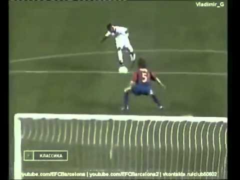 Carles Puyol para un gol con el escudo del Barcelona