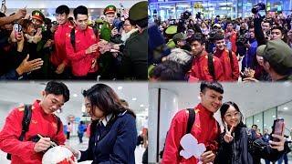 Hàng trăm CĐV náo loạn sân bay chào đón dàn soái ca của tuyển VN từ Malaysia về nước..!
