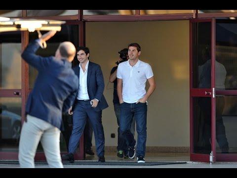 Así recibieron los aficionados a Iker Casillas en su llegada a Oporto | 2015