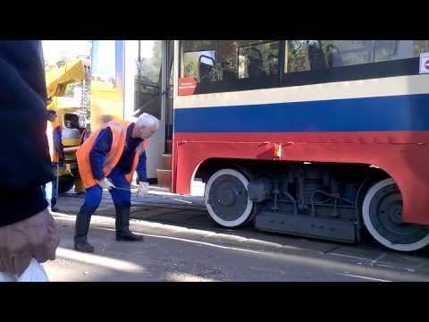 трамвай ставят на рельсы