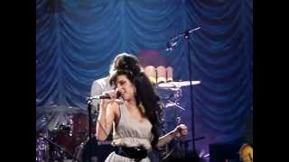 Amy Winehouse dentro do dvd Valerie Shepherds Bush