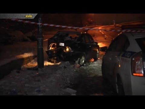 У Києві «Opel» влетів в електроопору. Водій травмувався