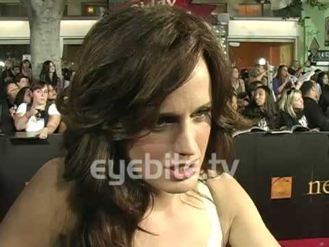 Elizabeth Reaser: Robert Pattinson is a really smart guy at the TWILIGHT SAGA NEW MOON Premiere Video