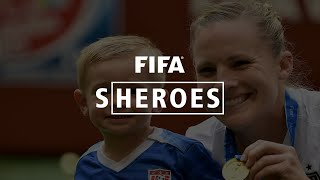 Sheroes: USA champion juggles playing, kids