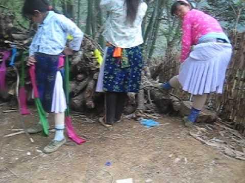 Quay lén Thiếu nữ Hơ Mông thay Quần áo đẹp chuẩn bị đi chơi Chợ Tình Khâu Vai