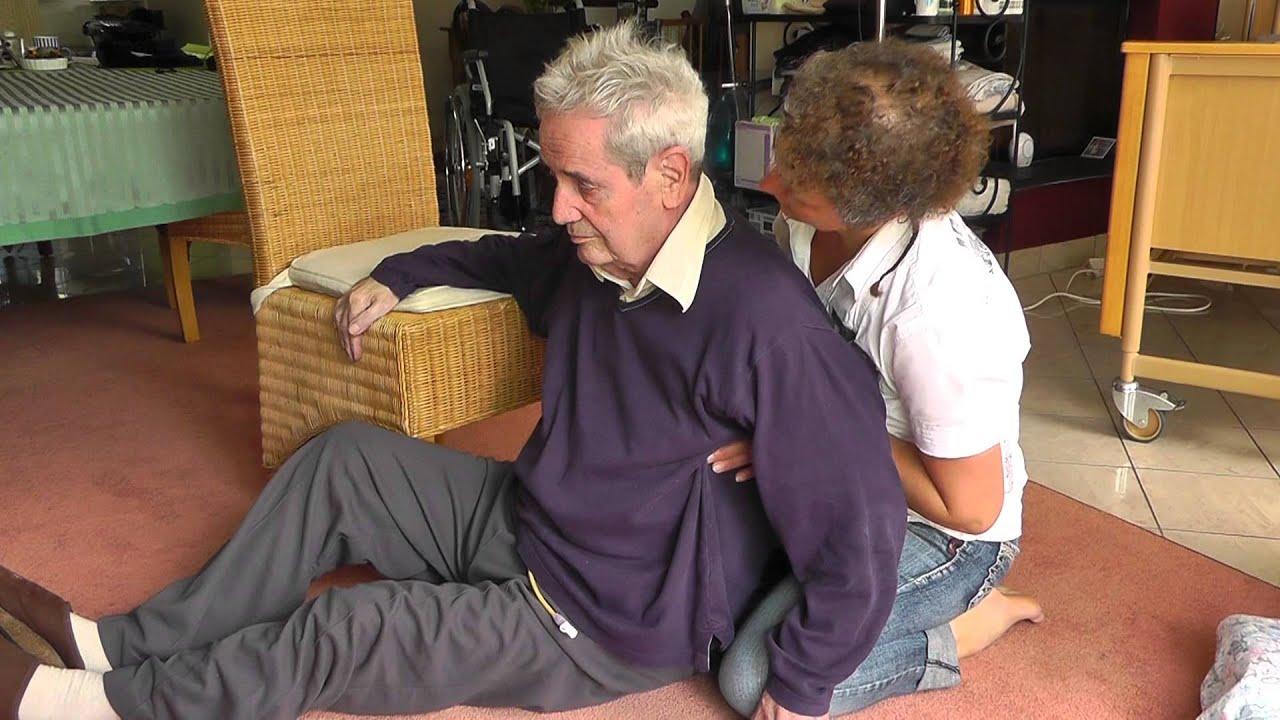 hilfe beim aufstehen vom boden f r einen an demenz erkrankten menschen youtube. Black Bedroom Furniture Sets. Home Design Ideas