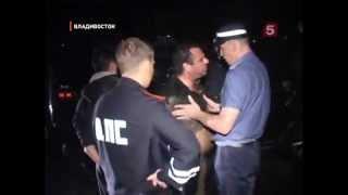 Пьяный водитель испачкал грязным пузом полицейских
