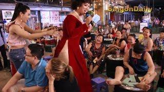 Lô tô show: Lộ Lộ phát hiện sự thật KINH HOÀNG khi lao xuống sân khấu dẹp loạn hội bà tám
