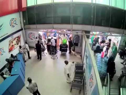 فيديو مسرب من مطار الخرطوم لحظة اعتداء على الشخص السوداني حامل الجواز الأمريكي thumbnail