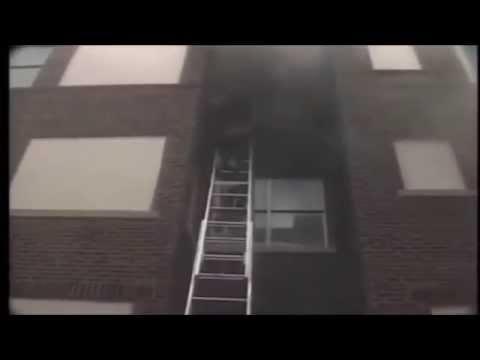 Bombero se cae con una persona de un edificio en llamas
